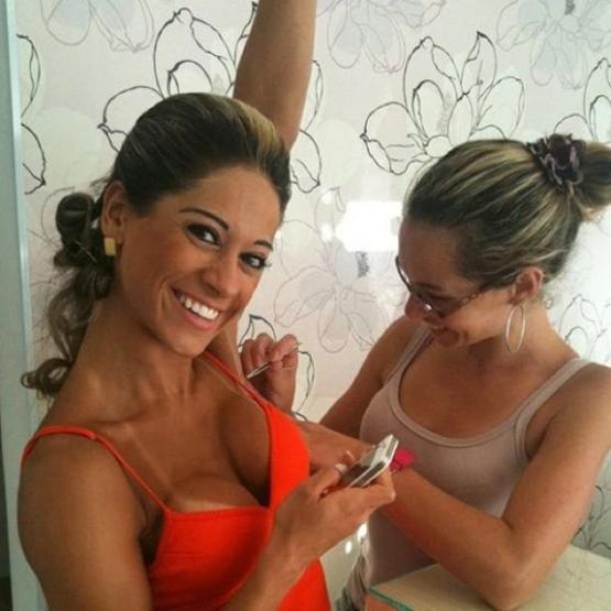 FB: Mayra Cardi e foto depilando as axilas